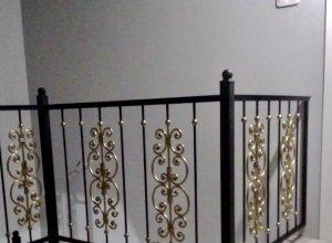 Ограждения на лестницу с золотом