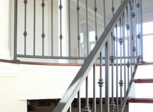 Прямые ограждения для лестницы серые, элегантность.