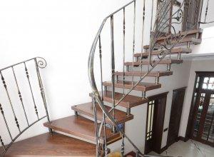 Лестница комбинированная дерево, ковка Л-109 Цена по запросу и Вашим размерам