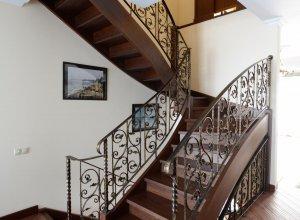 Деревянная лестница с коваными перилами СМ-2  Цена по запросу и Вашим размерам