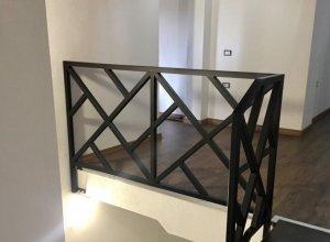 Геометричный рисунок на лестнице под ваши размеры.