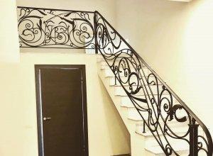 Кованые ограждения лестницы с пригласительным столбом