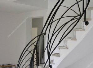 Плавные линии в ограждении лестницы
