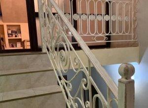 Кованые перила в бежевом исполнении с патиной для лестницы