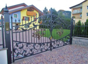 Ковка с листьями на воротах