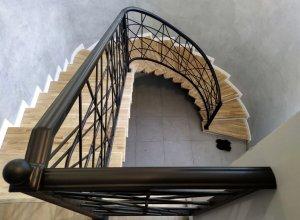 Кованые радиусные перила на лестницу