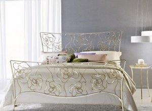 К-714 Кровать с коваными цветами Цена от<del> 59000</del> <strong>58000</strong> руб. Точный расчет по запросу и Вашим размерам