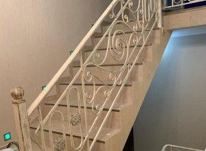 Кованые перила в бежевом исполнении для лестницы. Точный расчет по запросу и Вашим размерам