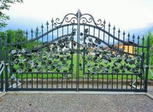 Листья кованые на воротах