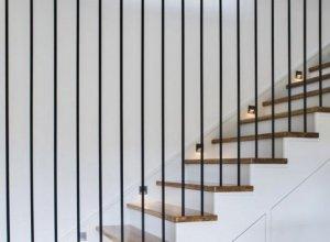 Стильные ограждения для лестницы в виде струн под ваши размеры.