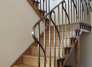 Ограждения лестницы с коваными элементами под ваши размеры